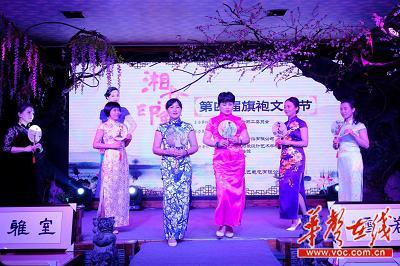 杨柳会所艺格俱乐部成员表演的团扇舞《凉凉》