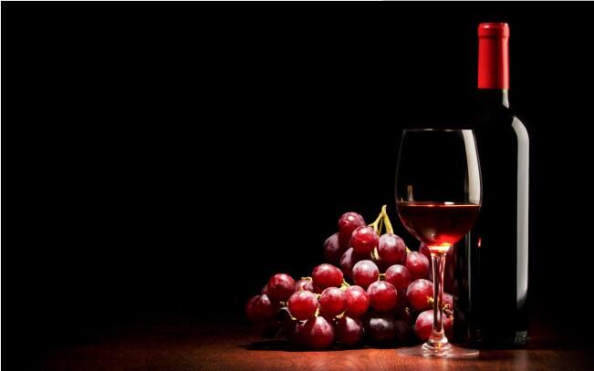 红酒品鉴会的目标人群都是定位在比较高端的消费群体,整个红酒品鉴会采用娱乐穿插舞会的形式举办。 整个红酒品鉴会的营销基于比较高阶段的家庭突破逐渐向普通阶层推广。同时在整个红酒品鉴会中为了保证他们对葡萄酒的认识度,需 要对活动的受赠对象的背景学历有限制。 受参加红酒品鉴会的受赠对象:有高级私家车,住宅面积至少有120平米,本科以上文凭,满足上面的任意2个条件就可以得到我们赠送的私 藏酒窖与配套的酒品酒具。
