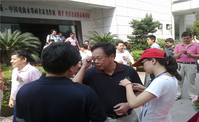 中国戏曲水墨画名家名作展展览馆门口人头攒动