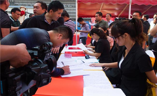 任达华出席生活家定制家居体验馆开业仪式嘉宾签到现场