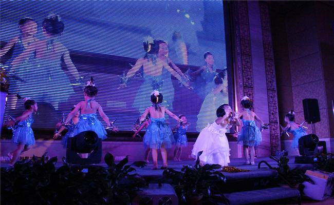 新达美集团&步步高签约仪式暨新闻发布会儿童表演