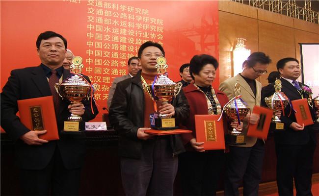 湖南十大杰出经济人物颁奖典礼获奖嘉宾手捧奖杯与荣誉证书