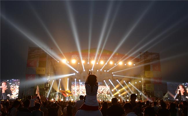 万科2013长沙橘洲(国际)音乐节活动乐迷不分年龄全情投入