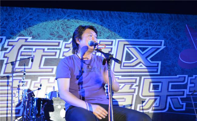 """""""民谣在街区""""三一集团草地音乐节活动台湾著名音乐人周治平深情献唱"""