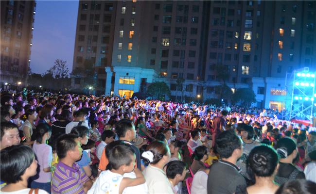 """""""民谣在街区""""三一集团草地音乐节活动观众投入观看表演"""