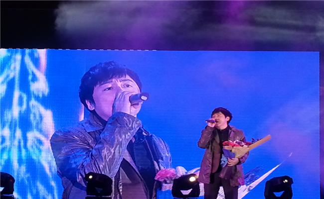 """和泓地产携手""""我是歌手""""张宇举行音乐会现场激情开唱"""
