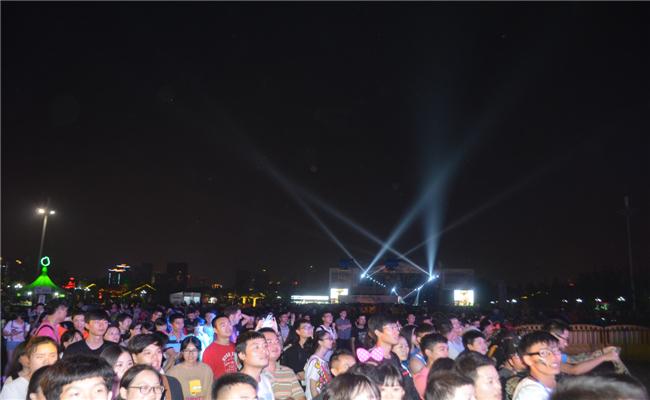 2014首届绿地海外滩长沙草莓音乐节活动现场观众热情水涨船高