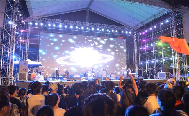2014首届绿地海外滩长沙草莓音乐节活动现场表演HIGH翻全场