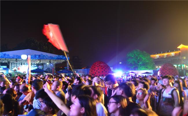 2014首届绿地海外滩长沙草莓音乐节活动乐迷的狂欢