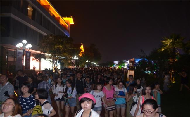 2014首届绿地海外滩长沙草莓音乐节活动观众不舍离场