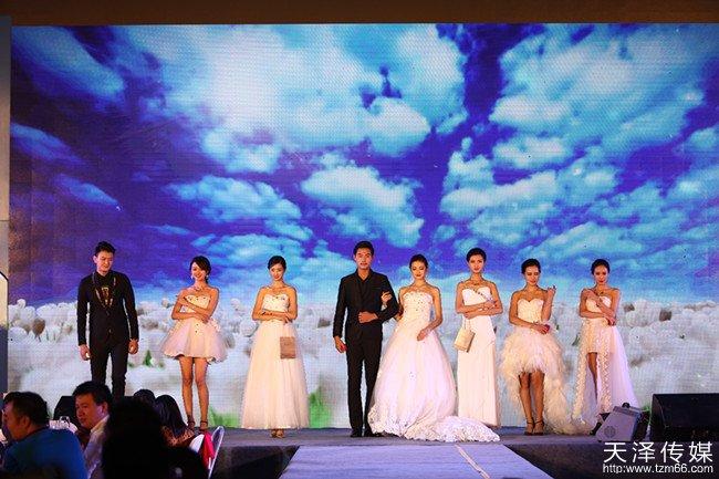 周军云珠宝周港福品牌签约仪式现场模特展示珠宝