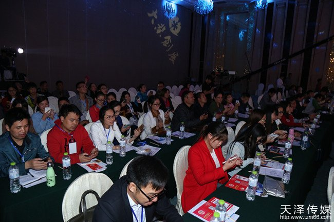 互联网+县域经济暨张家界首届互联网县域经济发展创新峰会来宾准备抢红包