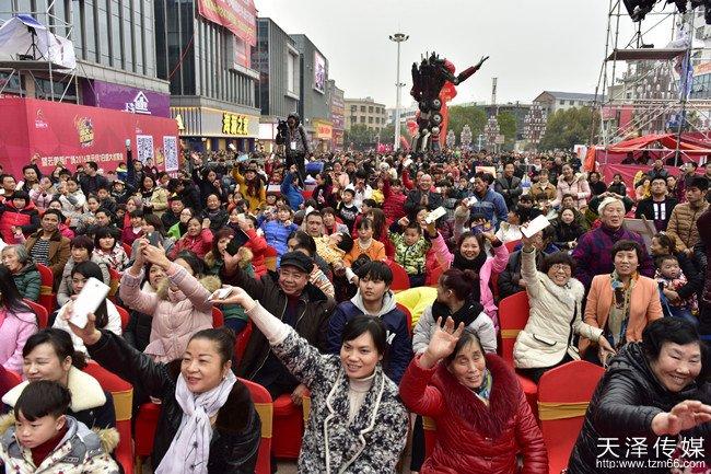 望云国际广场试营业明星演唱会活动现场已经坐满了观众,外围更是被热情的攸县人民围得水泄不通