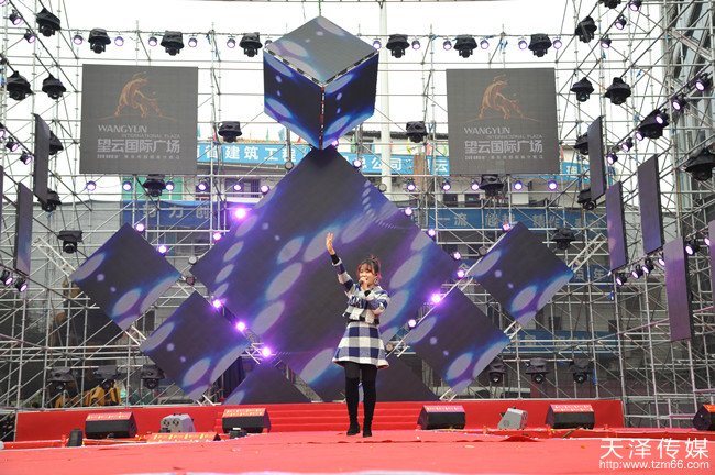 好声音实力学员吴木蓝在望云国际广场试营业明星演唱会活动现场演唱
