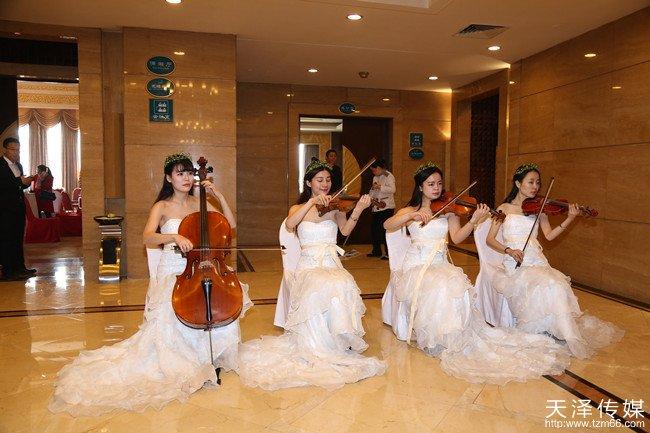 高雅悠扬的弦乐演奏迎宾,为晚会营造了高端大气、时尚优雅的现场氛围。