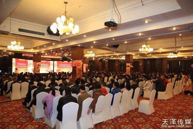 湖南燕京啤酒年度总结表彰暨工作部署大会会场布置造型精致,简洁大气